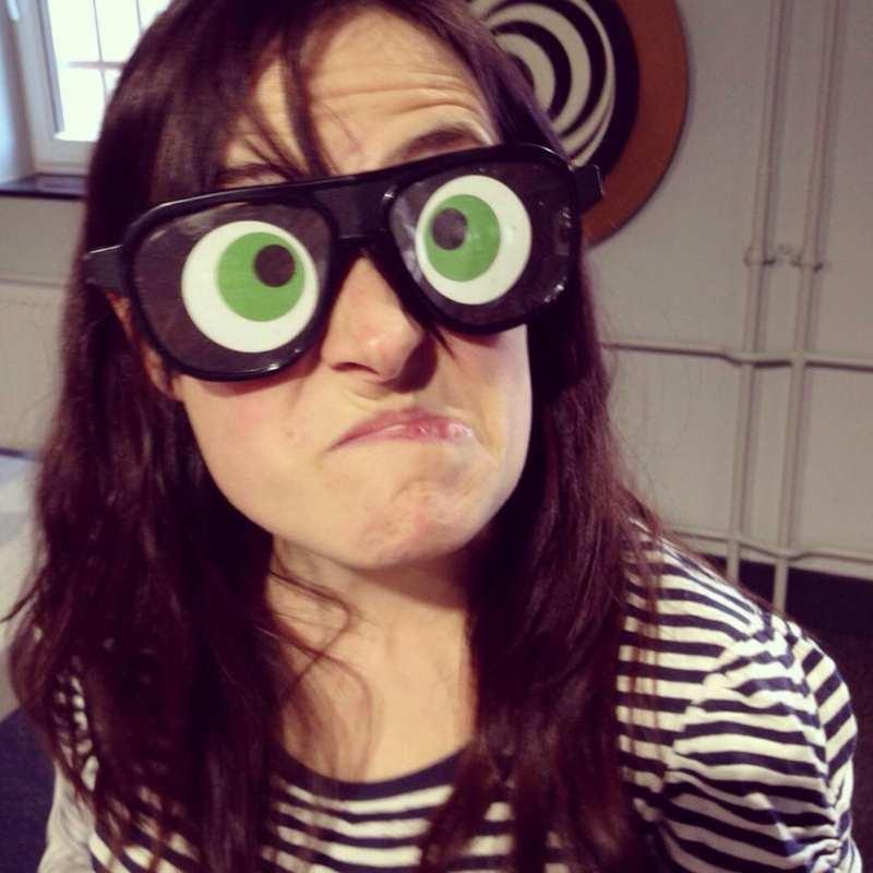 Evelin mit einer lustigen Brille