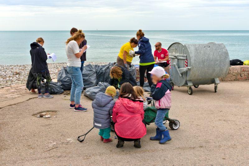 Um die Umwelt zu schützen, sammeln Mitarbeiter einer NGO Müll an einem Strand-Abschnitt (für die Wissenschaft)